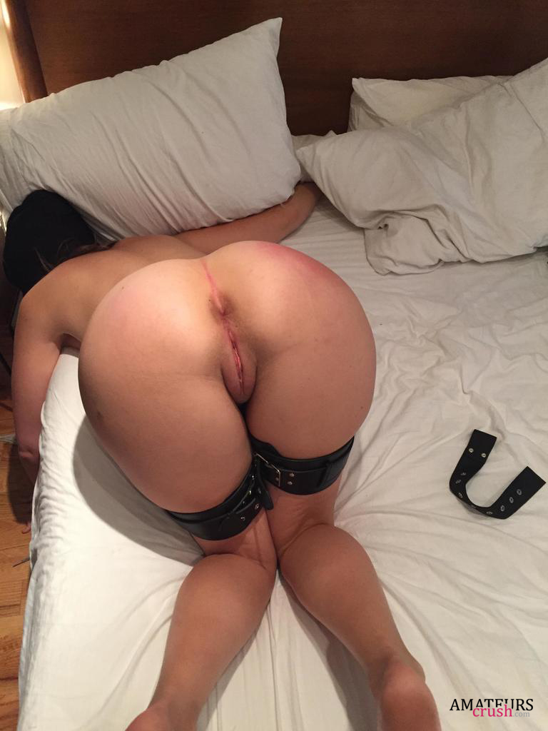Sexy asian babe bends over and shows her hot butt before
