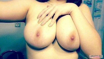 Selfie of girls showing their suckable big tit pics