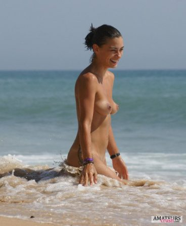 amateur with pionty tits walking in the sesa in nude beach pic
