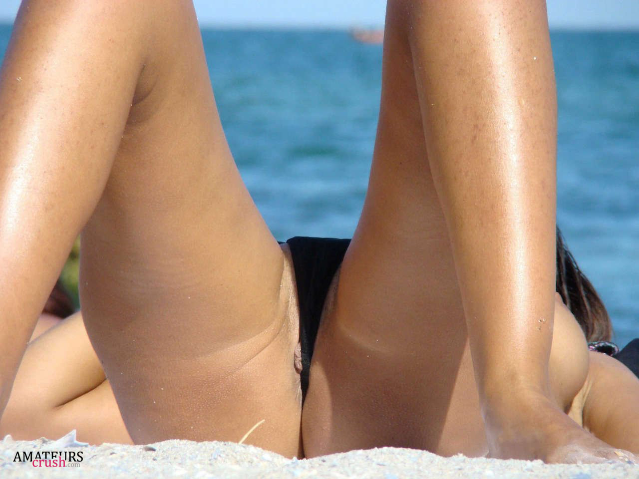 voyeur candid panty pusy slip ... a nice close up of little pussy slip at the beach while tanning with  her knees ...