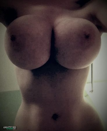 Curvy nude busty girlfriend and her big sexy tits close up