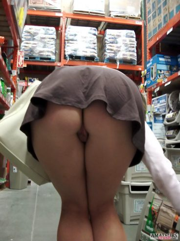 Beautiful bent over pussy flash while shopping