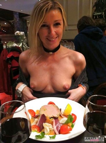 Risky dinner flashing tits of MILF in restaurant with food