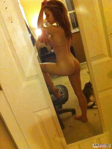 Ariana Grande Nudes posing with one leg up and showing her tight naked ass in selfie