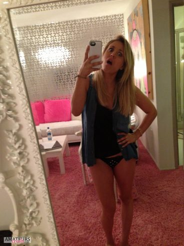 Cuoco making a dumbface selfie in leaks from the fappening