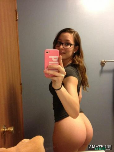 Petite teen with spectacles showing her nude bubble butt