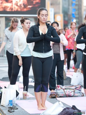 Tight yogapants cameltoe in zenmode babe meditating outdoor
