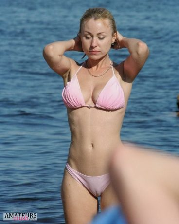 Wet sexy beach voyeur pic of hot cameltoe in pink bikini