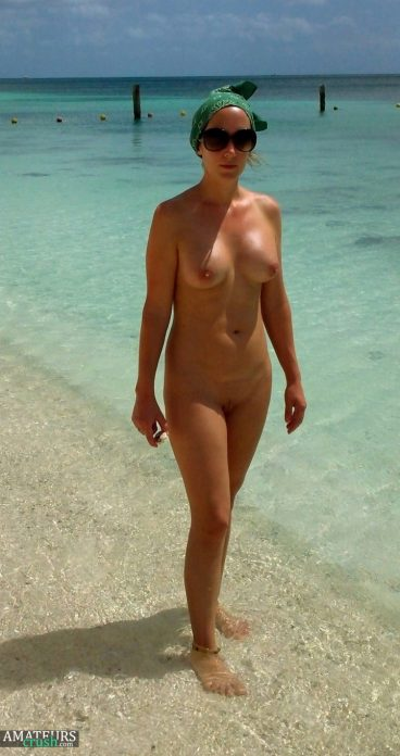 Hot naked wife in beach voyeur pic posing with beautiful blue sea
