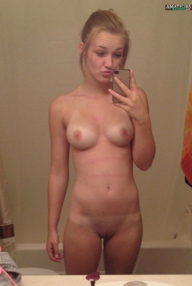 Sexy Nude College Teen In Selfie