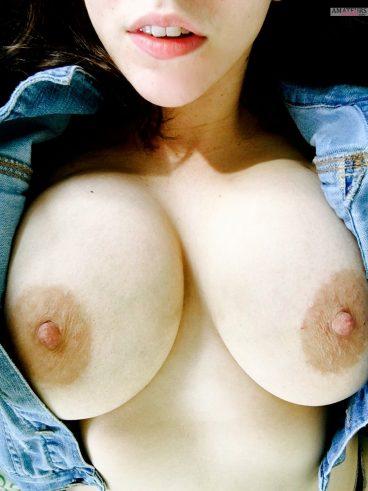 Busty girl big tits selfie in amateur pics