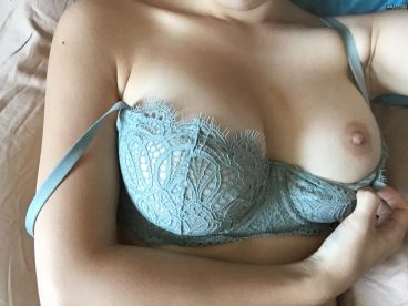 Amateur selfshot of Korean boob out of bra