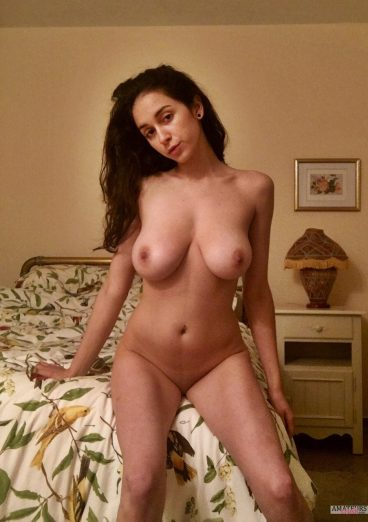 Very sexy naked Jewish girls bedroom pic
