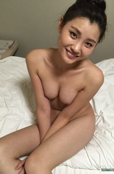 Real Chinese amateur naked cute smile on bed