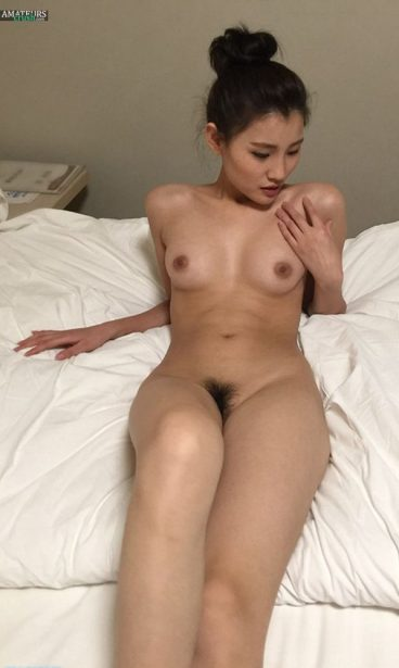 Exposed Chinese nude hairy pussy tits pic lying on bed