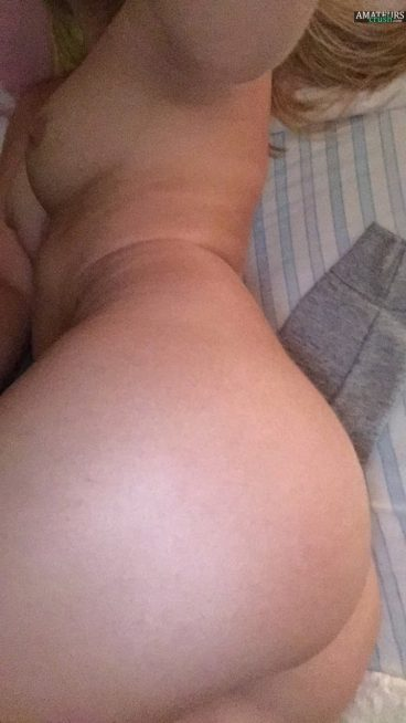 Sweet nude ex ass selfie on bed