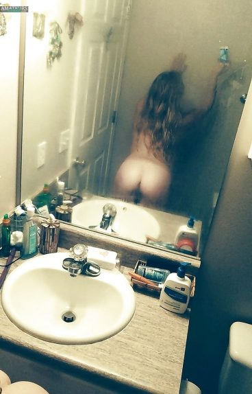 Amateur selfiepic of nude sexy girlfriend hot ass fresh out shower