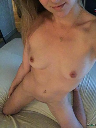 Small tits reddit babe photo on bed