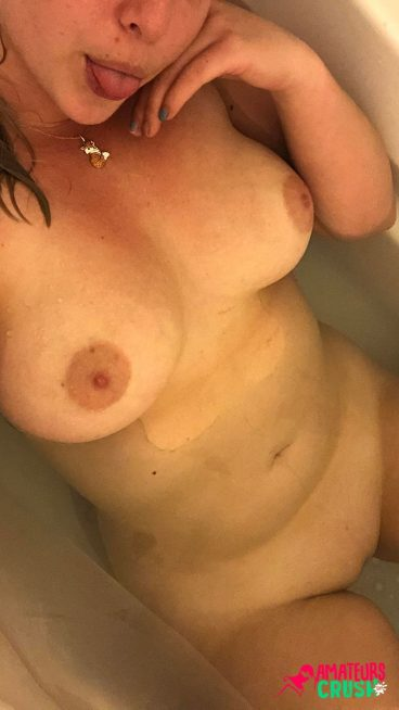 Busty wet Reddit MILF porn selfie in bath picture