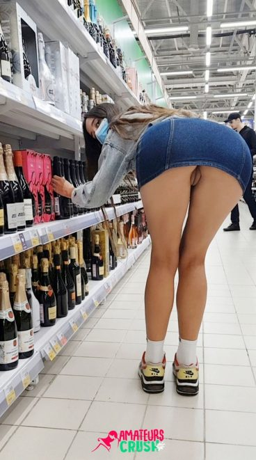 Grosse chatte sans culotte sous la jupe liqour public du magasin